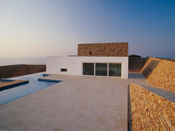 House on the Hill Linked to the Landscape – Krater House