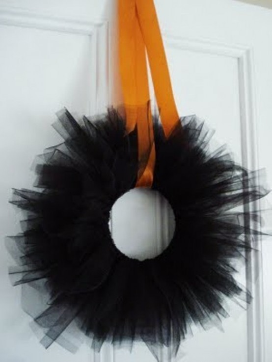 Simple black wreaths looks gorgeous on bright front doors too.