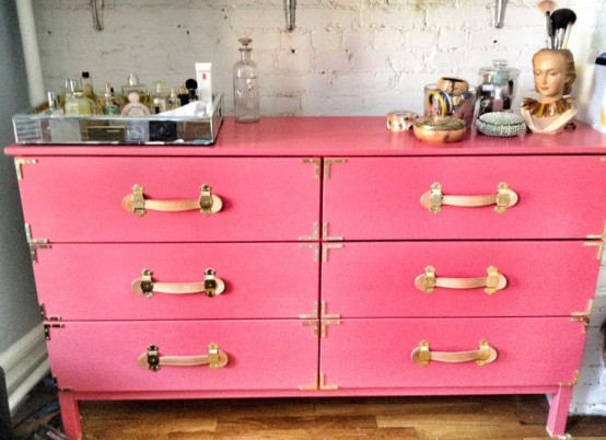 a vintage Tarva revamp in bright pin, with vintage handles and corners brings color and a vintage feel