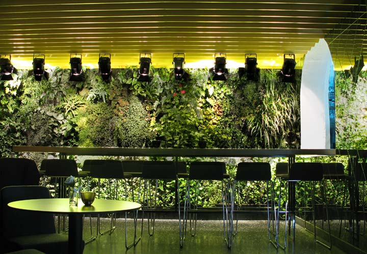 10 cool indoor vertical garden design examples digsdigs for Indoor gardening design