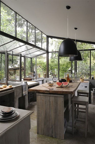Floor to ceiling windows on this kitchen fill it with natural light. Cooking there must be a pleasure.
