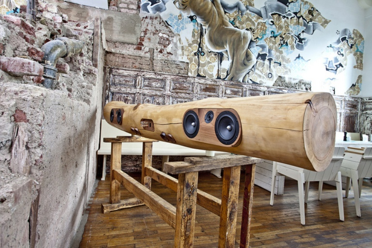 ipod and iphone docking station of a tree trunk digsdigs. Black Bedroom Furniture Sets. Home Design Ideas