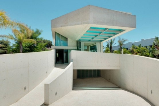 Jellyfish House With A Cantilevering Pool Rooftop