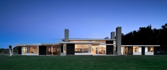 long one story house 1 554x233 Dark house design by Parsonson Architects