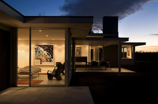 long one story house 4 554x365 Dark house design by Parsonson Architects