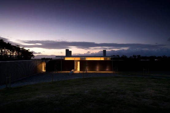 long one story house 7 554x369 Dark house design by Parsonson Architects