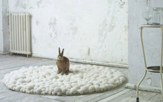 a white pompom or pebble rug of pieces of various sizes is a creative and peaceful decor idea