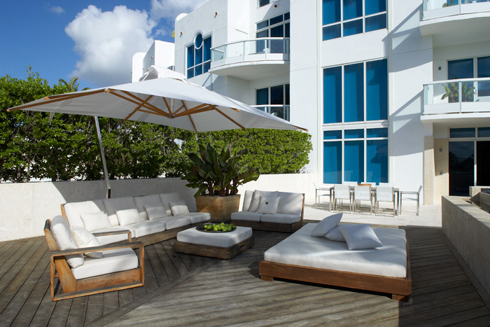 Contemporary Miami Beach Townhouse With Airy Interior And Relaxing Outdoor Spaces