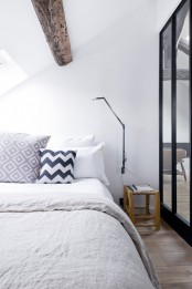 minimalist-18th-century-apartment-with-a-scandinavian-feel-11