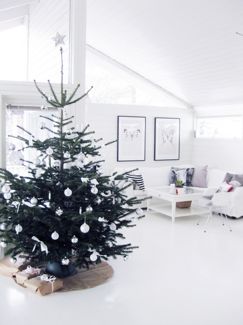 minimalist and modern christmas tree decor ideas - Modern Christmas Decorating Ideas