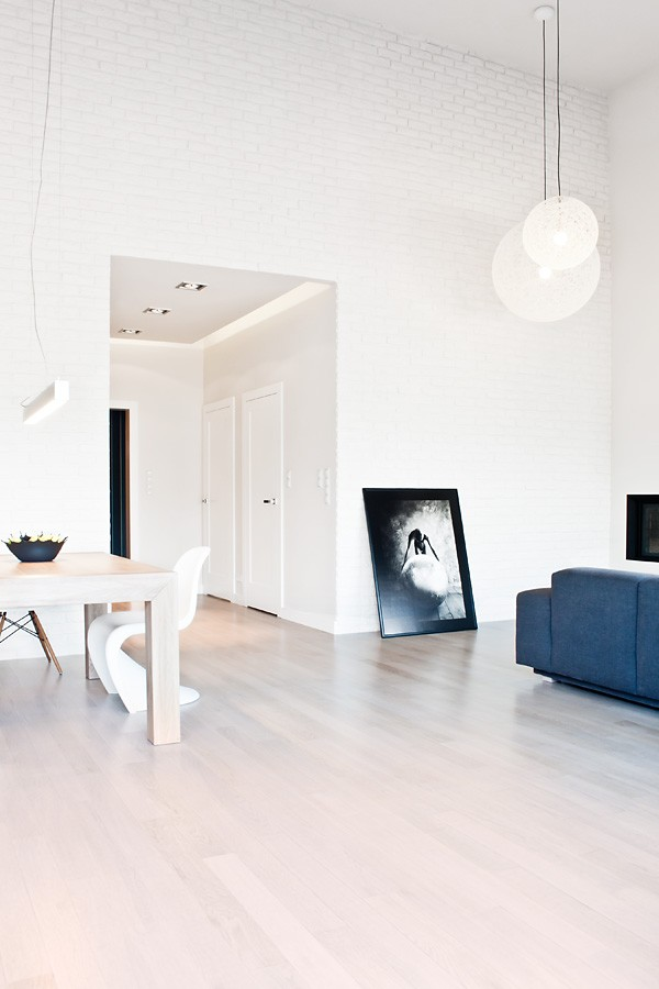 Minimalist black and white house with oak floors and for Minimalist white house