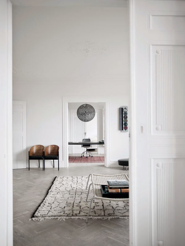 Minimalist copenhagen apartment for a large family digsdigs for Vintage minimalist interior design