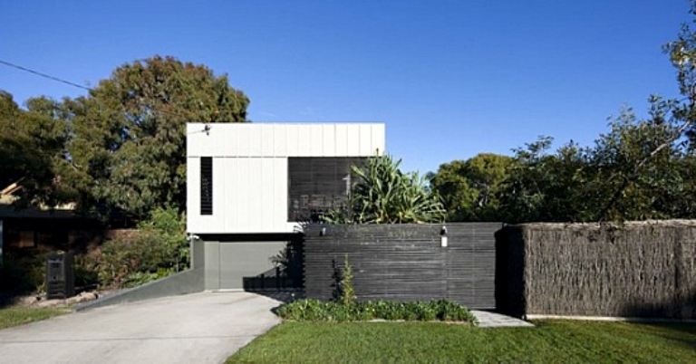 Minimalist house with a double height deck in australia for Minimalist beach house