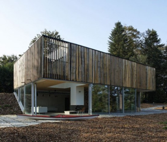 Minimalist house with a glazed facade digsdigs for Minimalist house facade