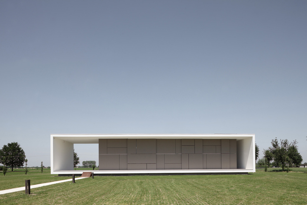 Minimalist italian house on a flat open space digsdigs for Minimalisme architecture