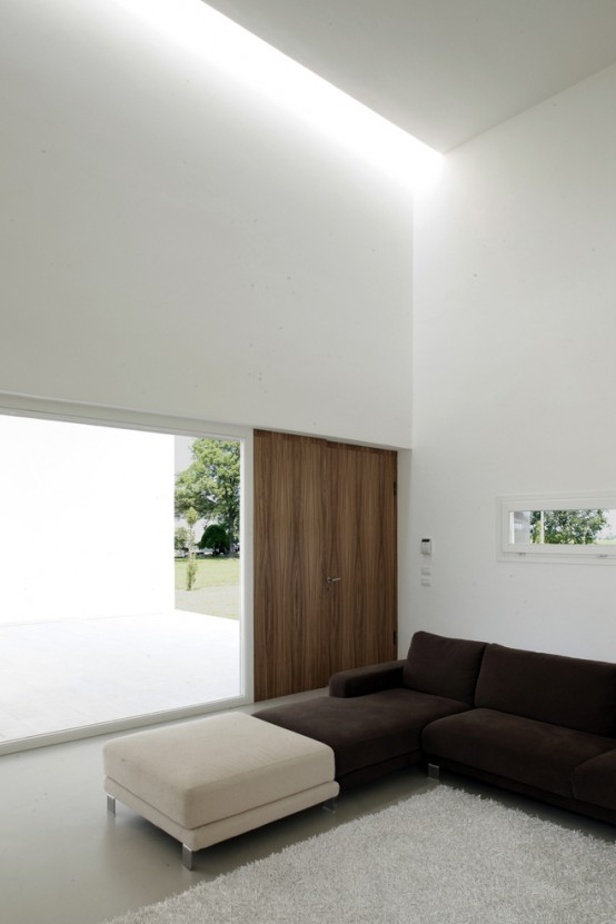 Minimalist Italian House On Open Space