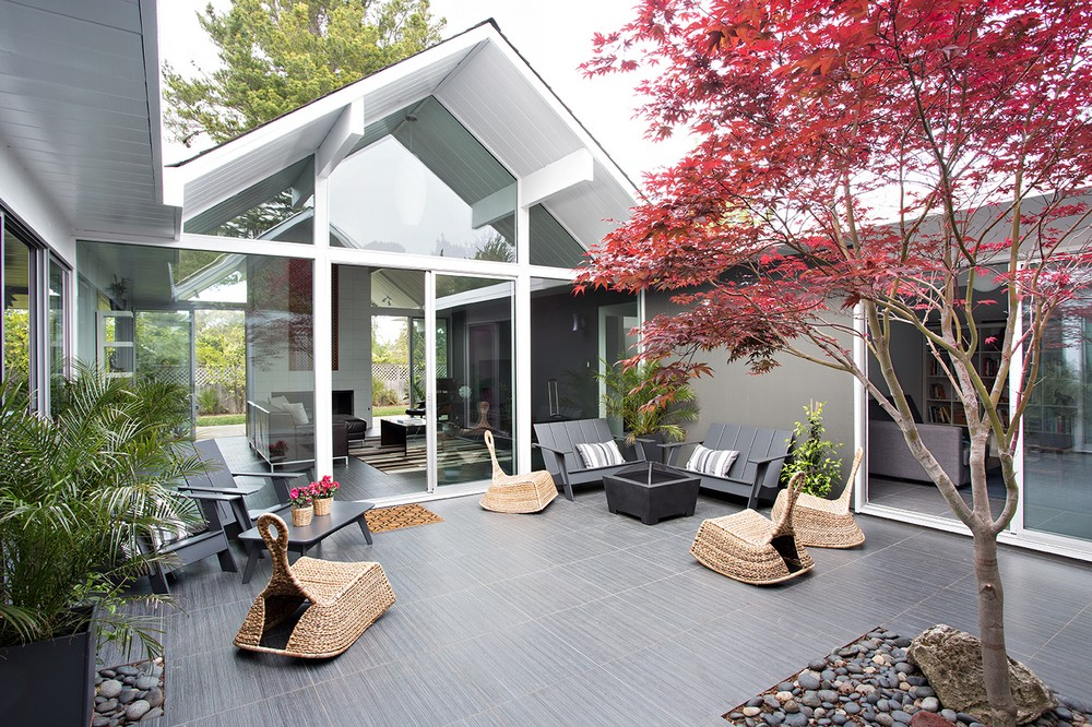 Modern And Relaxed California House With An Inner Patio