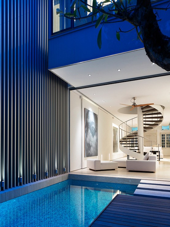 Luxury-design-with-white-leather-sofas-and-pool