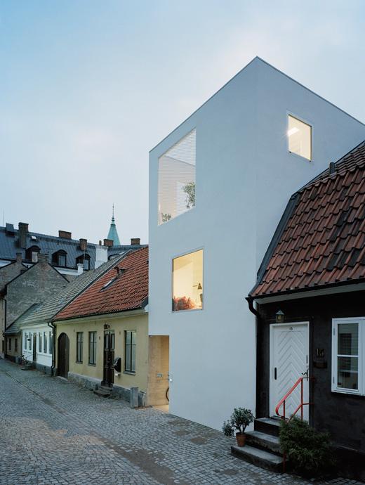 Modern minimalist townhouse that is stucked between very for Minimalist townhouse design