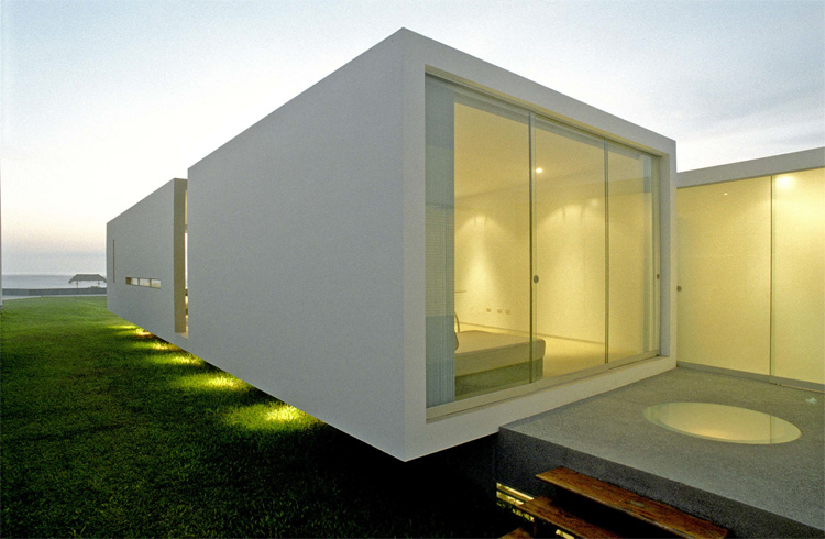 Modern small beach house design in peru by javier artadi for Small beach homes