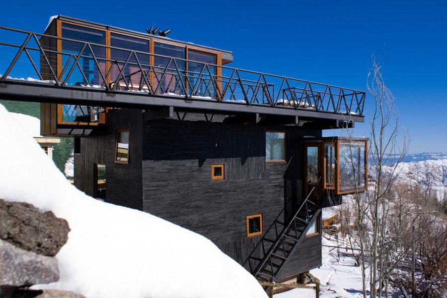 Contemporary Mountain Refuge with Smart Use of Space in Extreme Weather Conditions