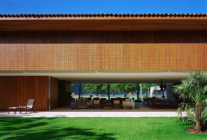 Natural Minimalism In Open Beach House Design
