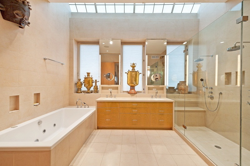 New york townhouse with unusual works of art digsdigs for Townhouse bathroom ideas