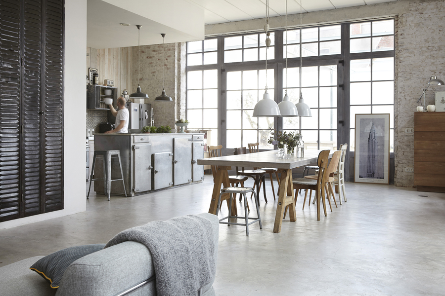 Old waffle factory turned into a cozy industrial house digsdigs - Woonkamer deco ...