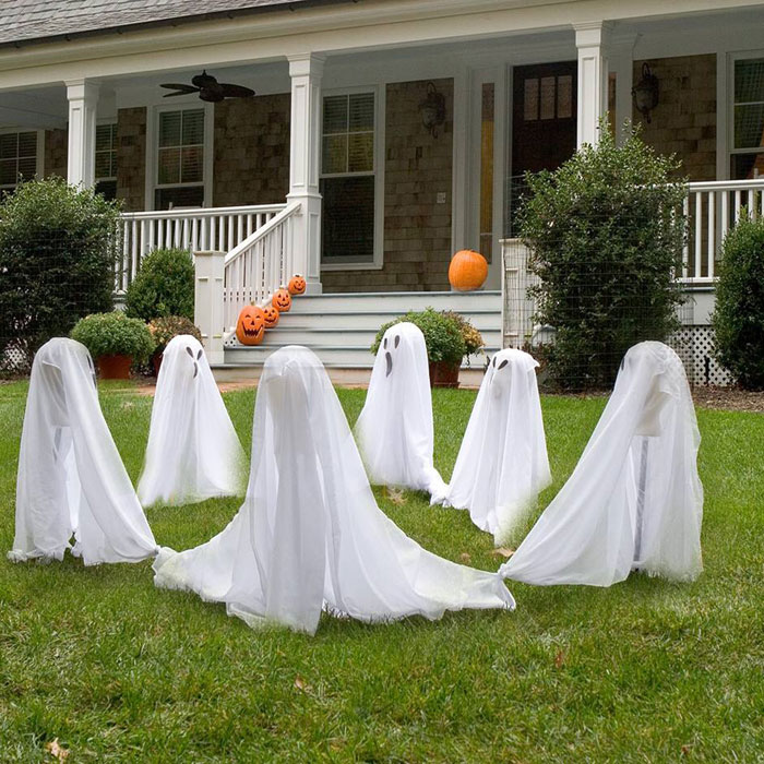 90 cool outdoor halloween decorating ideas digsdigs for Outer decoration of house