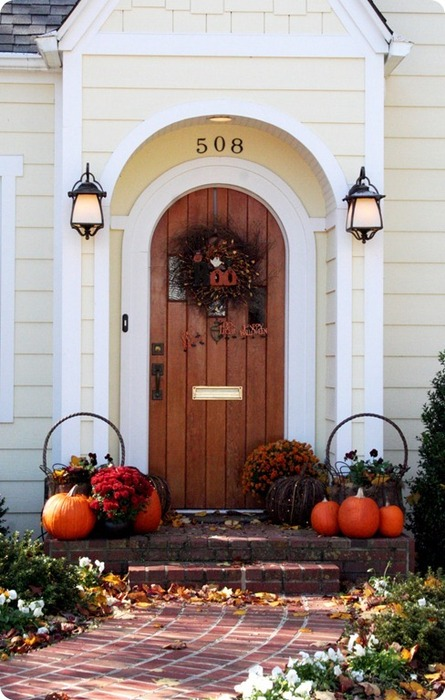 Dried twigs, pumpkins and late blooms is a perfect combo for any kind of outdoor decorations.