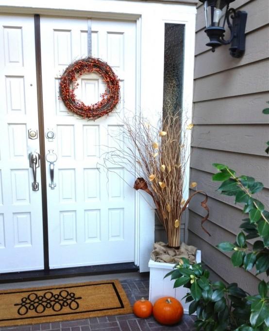 https://www.digsdigs.com/photos/pretty-fall-porch-decor-ideas-47-554x681.jpg