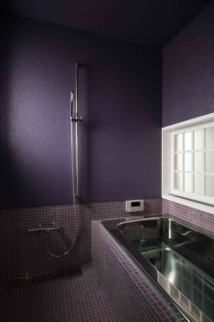 33 cool purple bathroom design ideas digsdigs for Cool bathroom tiles
