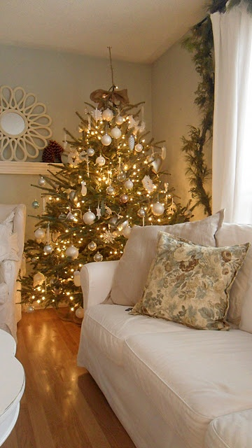 44 refined gold and white christmas d cor ideas digsdigs for White and gold tree decorations
