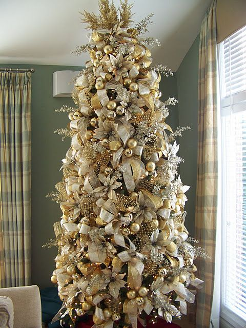 44 refined gold and white christmas d cor ideas digsdigs for Gold christmas tree lights