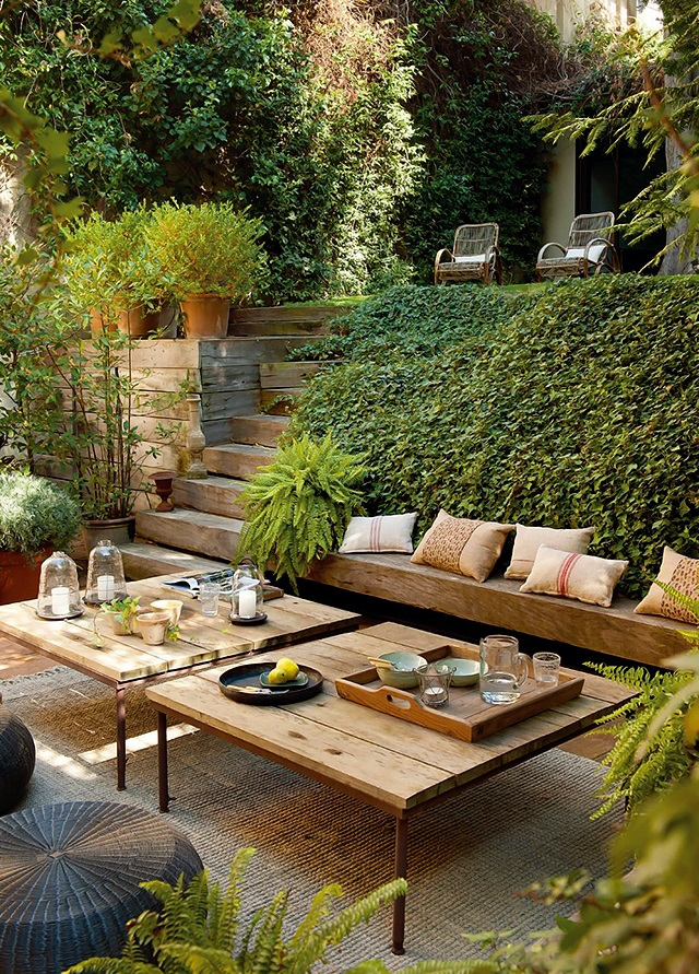 Relaxing terrace design in natural wood and lots of green for Natural terrace