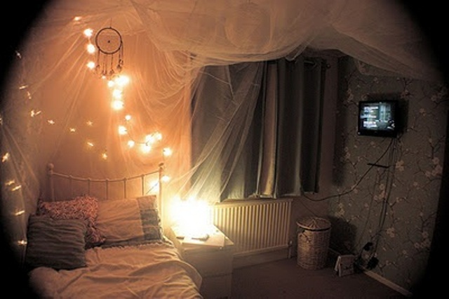 48 romantic bedroom lighting ideas digsdigs for Young woman bedroom and string lights