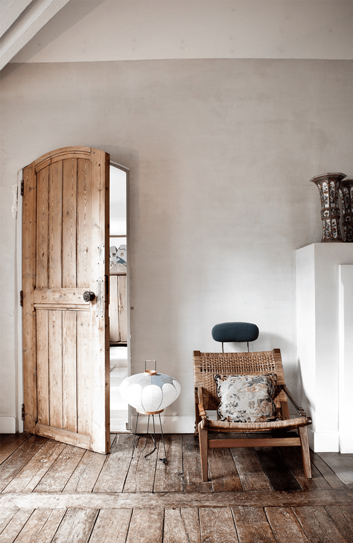 Rustic and shabby chic house with lots of wood in decor for Home interior decorating