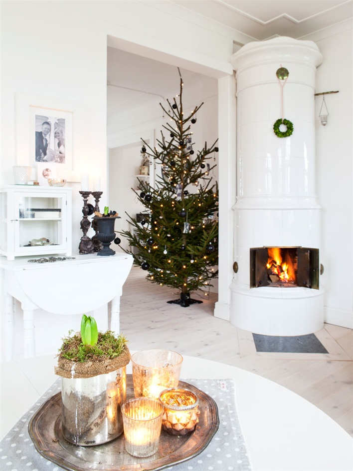 Rustic scandinavian house in black and white digsdigs for Scandinavian christmas designs