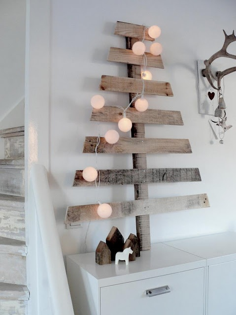 a simple Christmas tree made of reclaimed wood and decorated with lights is a veyr rustic and Nordic idea