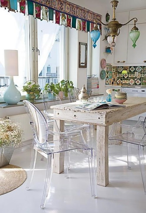 39 beautiful shabby chic dining room design ideas digsdigs for Chaise transparente table bois