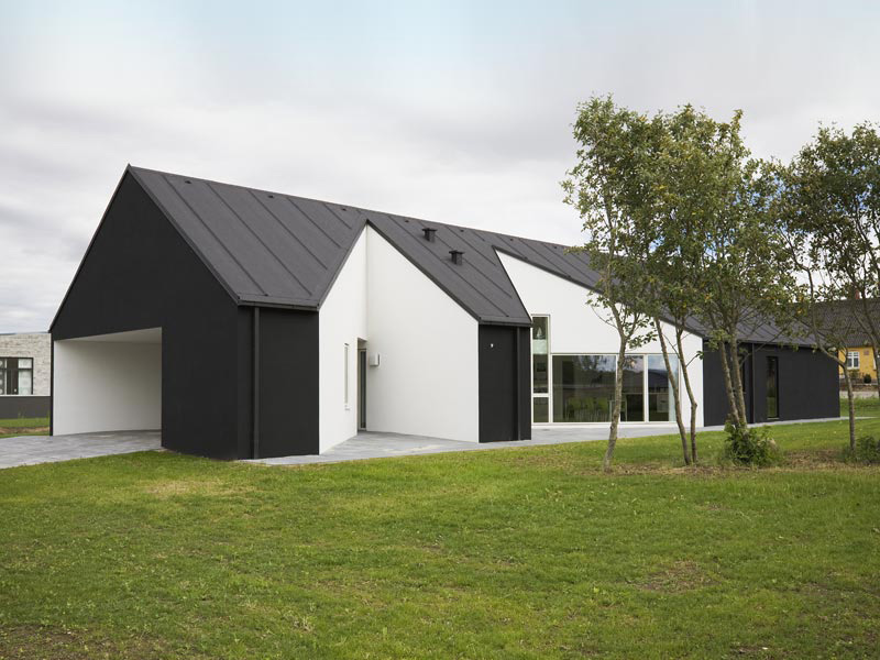 Country house design in denmark sinus house by cebra for Black and white house exterior design