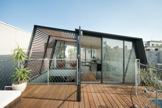 Japanese Townhouse With an Outdoor Deck On The Roof and a Two-Storey Courtyard