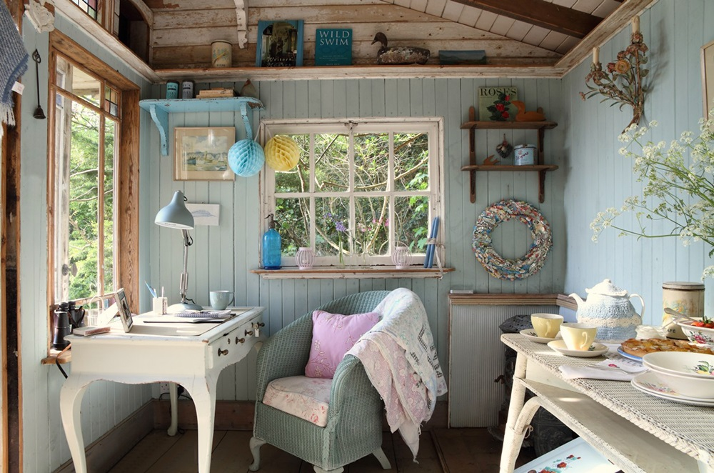 Small island cottage with a traditional interior digsdigs for Summer beach house decor