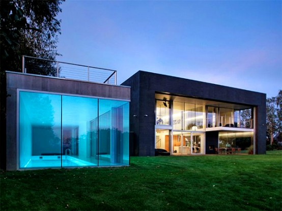 Modern House That Become a Bunker When an Owner Isn't Home