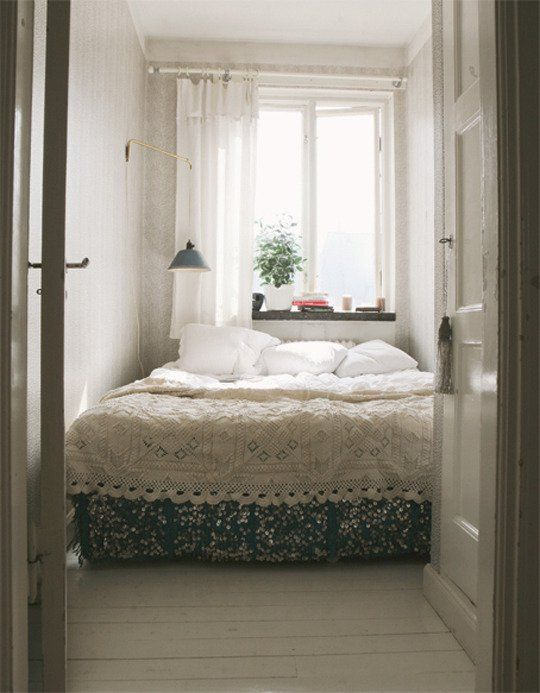 33 smart small bedroom design ideas digsdigs for Beautiful bedroom ideas for small rooms