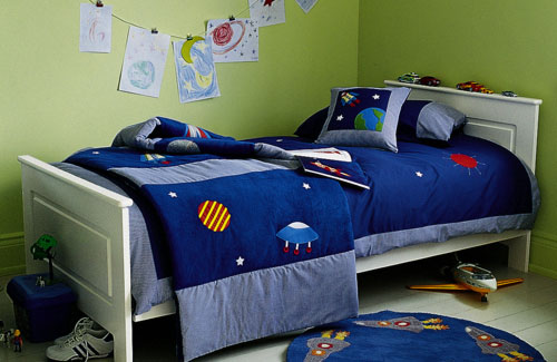 Space-Inspired bedding set is one of those things that could make your son happy.