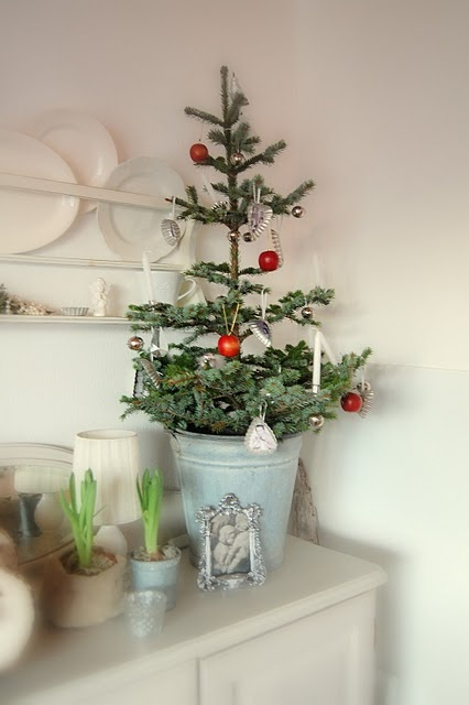 Space saving christmas trees for small spaces digsdigs