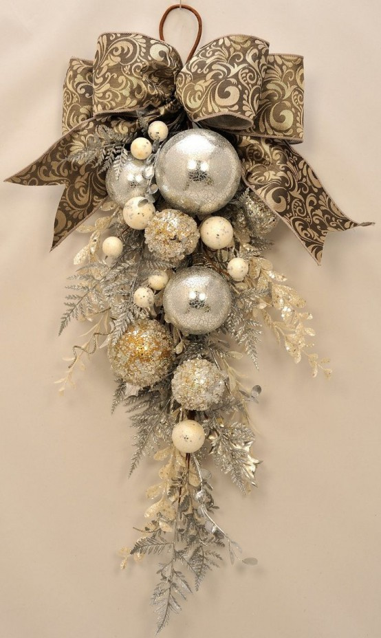 31 sparkling gold christmas d cor ideas digsdigs for Tasteful christmas decorations