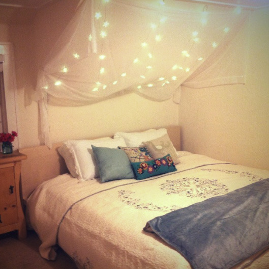 28 string lights ideas for your holiday d cor digsdigs for Bedroom lights decor