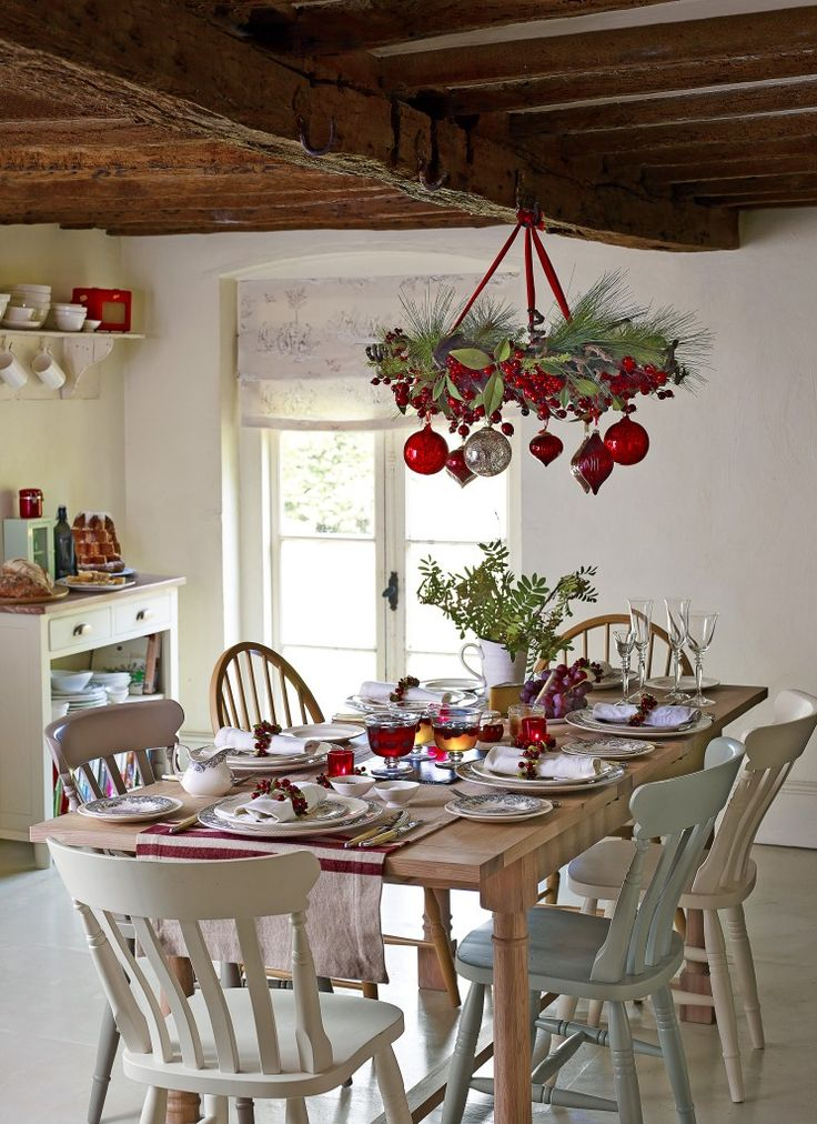 37 stunning christmas dining room decor ideas digsdigs for Great kitchen table decorating ideas